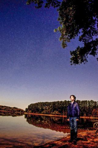 연구를 주도한 클렘슨대 마르코 아옐로 박사가 실외 연구실에서 별들을 지켜보고 있는 모습.  CREDIT: Pete Martin / Clemson University