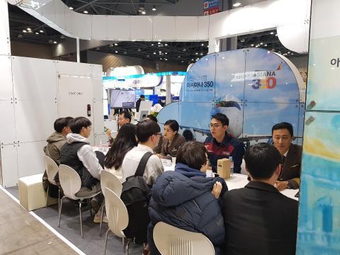 아시아나항공이 교육기부박람회에서 항공 관련 취업 진로상담을 진행했다. ⓒ 김순강 / ScienceTimes