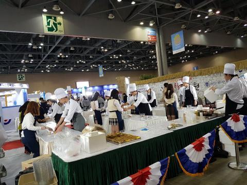 우송대학교 학생들이 비빔밥 만들기 체험을 진행하고 있다. ⓒ 김순강 / ScienceTimes