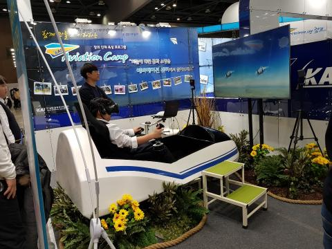 항공기 조정사 시뮬레이션 체험을 하고 있다. ⓒ 김순강/ ScienceTimes