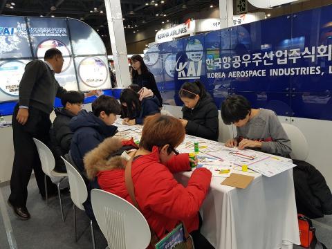 한국항공우주산업주식회사의 체험부스에서 항공기 만들기 체험을 하고 있는 학생들 ⓒ 김순강/ ScienceTimes