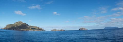 왼쪽이 트리스탄 섬, 오른쪽 끝이 갈수없는 섬이다. ⓒ위키피디아