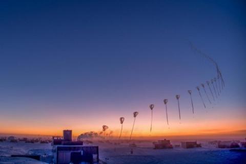 올해 9월 10일 남극 아문센-스코트 기지에서 띄운 오존관측기를 연속촬영으로 찍은 모습. Credit: Robert Schwarz/University of Minnesota