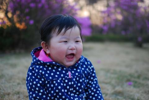 어린아이는 어른과 다르게 웃는다. ⓒ Pixabay