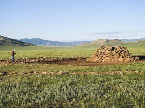 키릭수르(khirigsuurs)로 알려진 후기 청동기시대 고분은 몽골의 초기 목축민들과 관련이 있다.  CREDIT: Bruno Frohlich