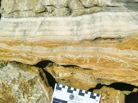 남아프리카 호미닌 거주 동굴의 대규모 유석층 사진. 유석층 아래에는 붉은 퇴적층이 놓여있다. CREDIT: Robyn Pickering