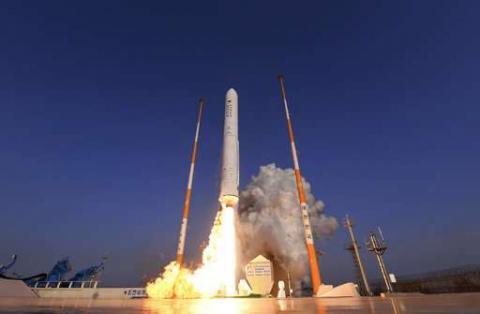 28일 오후 4시 고흥 나로우주센터에서 발사되고 있는 한국형발사체(누리호) 엔진 비행시험용 시험발사체. 로켓의 심장이라고 할 수 있는 고성능 엔진 실험에 성공하면서 한국형 로켓 시대를 기대할 수 있게 됐다.   ⓒ한국항공우주연구원