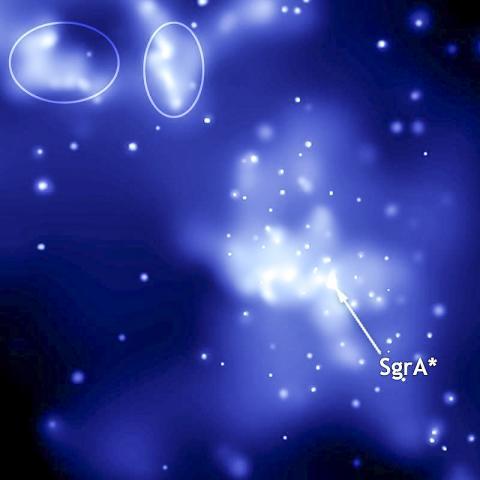 궁수자리와 전갈자리 경계 가까이에 있는 초질량 거대 블랙홀 Sgr A *(중앙)와 최근 폭발로 생성된 두 개의 광 에코(왼쪽 위 둥근 원).  Credit: Wikimedia Commons / NASA