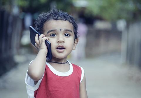 요즘에는 어린이들조차 휴대전화로 게임하기에 바쁘다.  어린이들은 특히 신체 영향 외에도 정신의학적인 면에서 사용시간을 조절해 주어야 한다.   ⓒ Pixabay