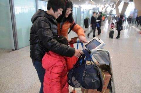 '스마트 카트'가 제공하는 내비게이션 서비스를 이용해 길을 찾고 있는 관광객의 모습 ⓒ 임지연 / ScienceTimes