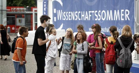 독일의 대표적인 과학축제로 자리잡은 '대화하는 과학재단'의 여름 과학 페스티벌.