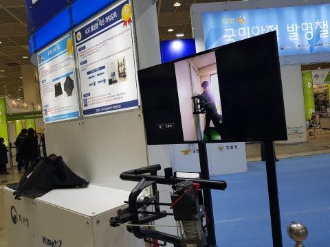 국민안전발명챌린지에서 대상을 수상한 'ADC  출입문 비상 개방장치와 '휴대용 방폭장비'의 시제품 모습