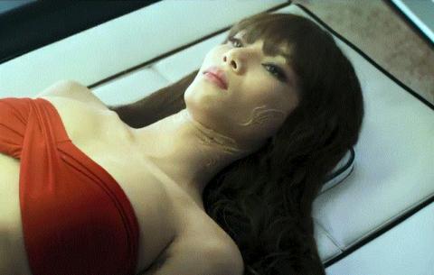 영화 속 한 여성이 캡슐침대에 눕자 AI 닥터는 암이라는 진단명을 즉각 내린다.   ⓒ sonypictureskr