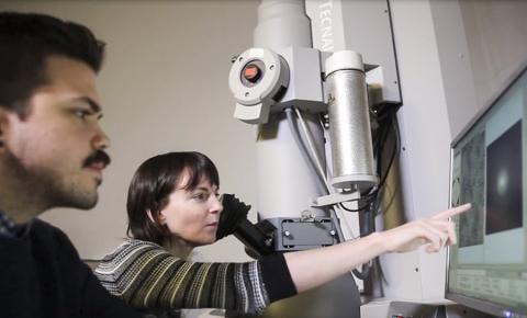 연구원들이 연구에 활용한 첨단장비인 저온전자현미경(Cryo-EM)으로 연구 진행을 확인하고 있다. 동영상 캡처.   CREDIT: Portland State University