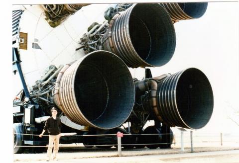 휴스턴에 있는 NASA 존슨 우주센터. 호출 부호 '휴스턴'으로 불리는 곳이다. 새턴 V 로켓 앞에 선 필자. 1990년.  ⓒ 박지욱 / ScienceTimes