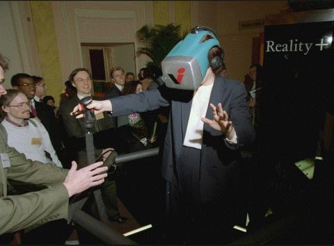 VR의 외형은 25년전과 크게 다르지 않았다. 1993년  뉴욕에서 열린 가상현실시스템 쇼 'Reality+'의 모습.