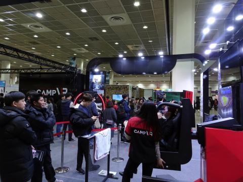 체험형 공간기반 VR 기기를 선보인 '캠프VR' 부스에 많은 참관객이 몰렸다.