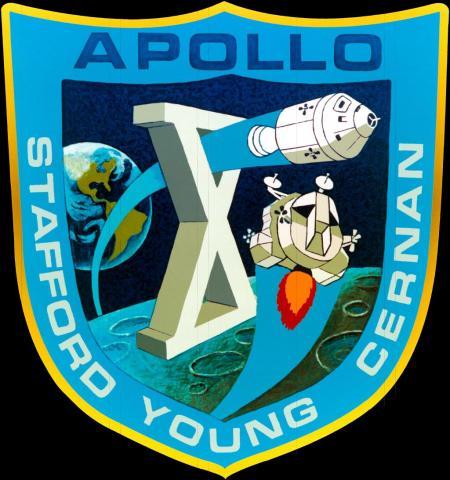 아폴로 10호의 미션 배지. 방패 모양으로, 지구를 멀리 둔 채 달 표면에 떠있는 로마 숫자 10이 보인다. 위에는 모선이, 아래에는 착륙선이 보인다.  ⓒ 위키백과 자료