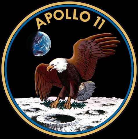 아폴로 11호의 미션 배지. 하얗게 빛나는 달 크레이터 위로 내려 앉는 독수리가 보인다.  ⓒ 위키백과 자료