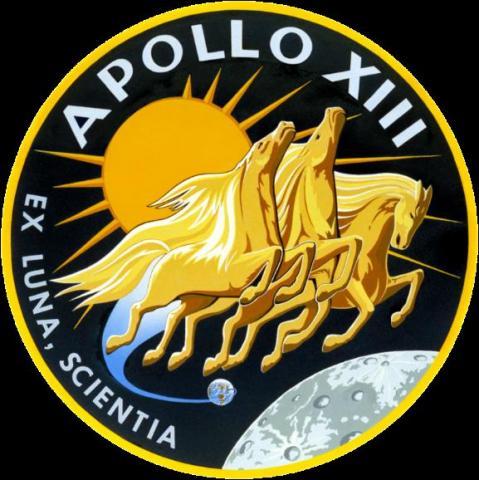 아폴로 13호 배지. 태양 신의 마차를 끄는 세 마리 말이 등장한다. 아폴로 배지에 등장하는 '3'은 모두 3명의 우주인을 뜻한다. 라틴어 구절 EX LUNA, SCIENTIA는 '달에서 얻는 지식'이란 뜻이다.  ⓒ 위키백과 자료