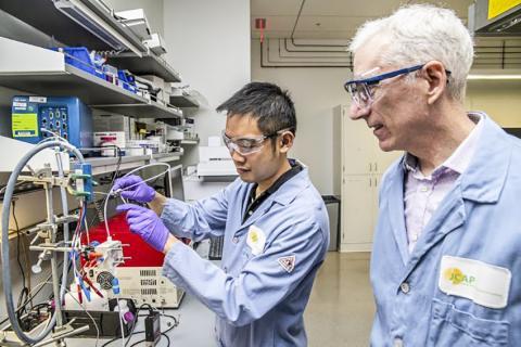버클리 랩과 합동 인공광합성센터 연구원인 얀웨이 룸(왼쪽)과 조엘 에이저 박사(오른쪽)는 구리 촉매로 이산화탄소를 지속가능한 화학물질과 낭비 부산물이 없는 연료로 변환시킴으로써 오늘날의 화학 제조법에 대한 환경친화적 대안을 제시했다.   CREDIT: Marilyn Chung/Berkeley Lab