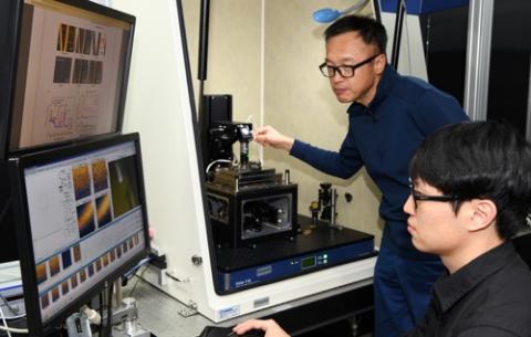 한국표준과학연구원 이은성 책임연구원(위)이 광 유도력 현미경으로 시료 내부 구조를 측정하고 있다. ⓒ 한국표준과학연구원 제공