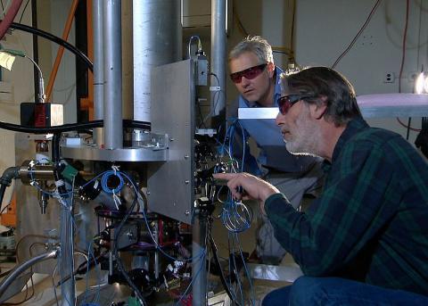 세슘원자시계를 살펴보고 있는 미국표준기술연구소(NIST)의 물리학자들 ⓒ Wikipedia