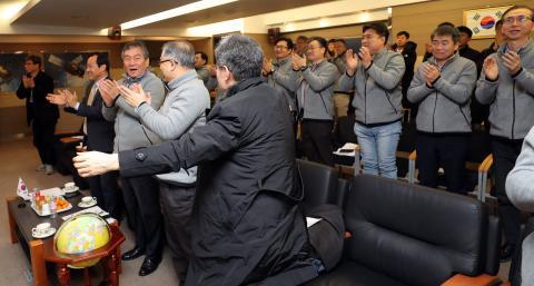한국항공우주연구원 직원들이 천리안 2A 위성 첫 교신 성공 소식을 듣고 기뻐하고 있다. ⓒ 연합뉴스