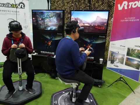 가상세계라면 전 세계 어디라도 갈 수 있다. 두 남성이 'VR 투어'를 즐기고 있다.