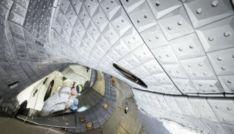 스텔라레이터 방식의 핵융합 시스템인 벤델슈타인 7-X를 과학자들이 조립하고 있다