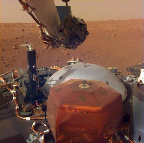 지난 11월26일 화성 엘리시움 평원에 안착해 지질조사 활동을 하고 있는 '인사이트(InSight)' 탐사선. 화성의 지질구조, 온도 등을 분석해 화성 생성의 비밀을 밝혀낼 계획이다.