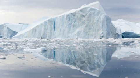 그린란드의 거대한 대륙빙하가 최근 20년 간 산업혁명이전보다 5배 빠른 속도로 녹아내리고 있다는 연구 결과가 UN, IPCC 등 국제기구를 통해 발표됐다. 사진은 그린란드에서 떨어져 나온 거대한 빙하.  ⓒgrist.org