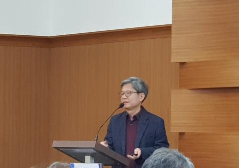 '4차 산업혁명과 디지털 트윈'에 대해 발표하고 있는 왕지남 교수