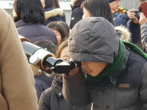 천체관측소에 마련된 태양 전용 망원경을 통해 좀 더 선명하고 뚜렷한 부분일식 과정을 관측하고 있는 어린이 ⓒ ScienceTimes