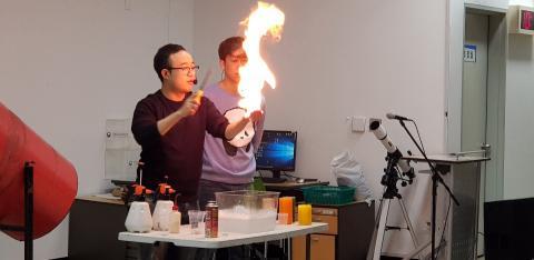 '사이언스버스킹' 과학공연에서는 학생들이 평소에 접하기 어려운 과학실험들을 선보였다.