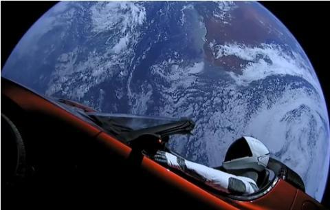 장기 우주여행 및 화성이주를 목표로 하고 있는 미국의 민간 우주개발업체 스페이스X가 쏘아올린 발사체에서 지구를 배경으로 일런 머스크의 빨간 테슬러 로드스터 안에 있는 스페이스X의 스타맨 마네킹을 촬영한 모습.   Credit: SpaceX
