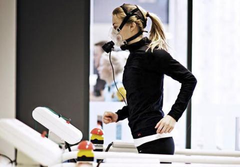 체력(fitness)의 중요한 척도로 간주되는 최대 산소 흡입량을 측정하는 모습.