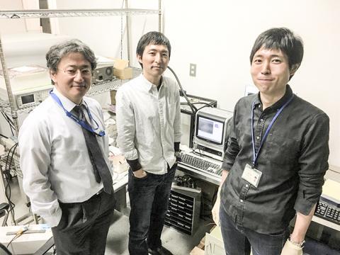 도쿄공업대와 도쿄대 공동연구팀. 가운데가 야마네 다이스케 교수와 공저자인 도쿄대의 도시요시 히로시 교수와 혼마 히로아키 연구원.  CREDIT : Daisuke Yamane, Hiroshi Toshiyoshi, Hiroaki Honma