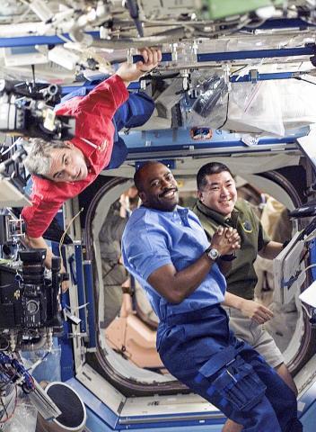로봇 장비를 작동하고 있는 스페이스 셔틀 STS-122 미션 전문가들 모습.  CREDIT: NASA