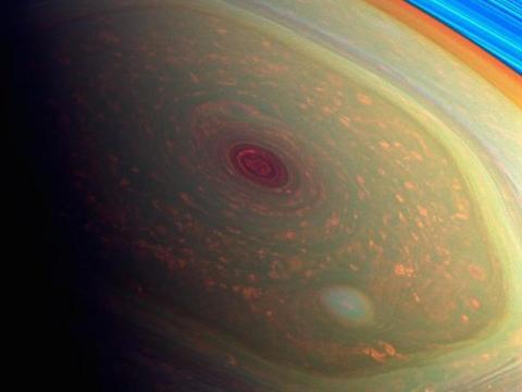 토성 북극에서 관측되고 있는 거대한 폭풍. 육각형의 형태를 지니고 있는데 왜 이런 모습을 ⓒNASA