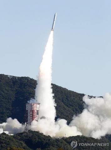 일본 우주항공연구개발기구(JAXA)가 18일 오전 가고시마(鹿兒島)현 우치노우라(內之浦)우주공간관측소에서 발사한 소형 로켓 '입실론' 4호기.