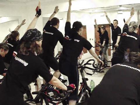 유산소 심폐운동의 하나인 실내 자전거 타기 훈련 CREDIT: Wikimedia Commons / Daniel Ševčík at cs.wikipedia