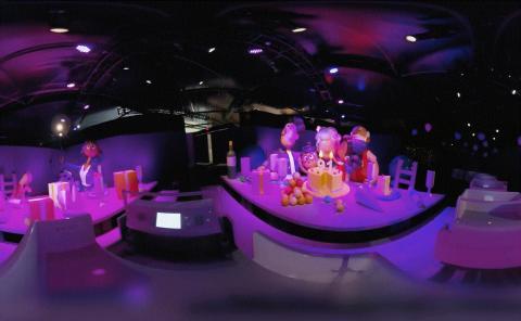 구글은 8일 개막한 CES 전시장에서의 모습을 공개했다. 관람객들이 Google Assistant Ride를 타고 360° Tour를 하고 있는 모습. 할머니 로봇의 생일을 축하하는 자리에서는 91살이라는 초가 선명하다. ⓒThe Google Assistant Ride 360° Tour at CES 2019
