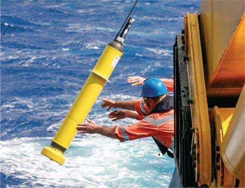 지난 1991년부터 2010년까지 20년간의 해수 온도 상승률이 1971년부터 1990년까지 20년간의 상승률과 비교해 5배 이상 빨라졌다는 연구 결과를 발표돼 큰 주목을 받고 있다. 사진은 해양열용량 측정을 위해 측정기기를 바다에 투하하고 있는 장면. ⓒCSIRO