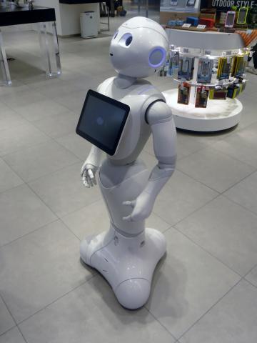 소프트뱅크사는 휴머노이드 AI 로봇 '페퍼'를 일본 초등, 중학교에 무료로 보급하며 에듀테크 시장에 새로운 바람을 불러오고 있다.