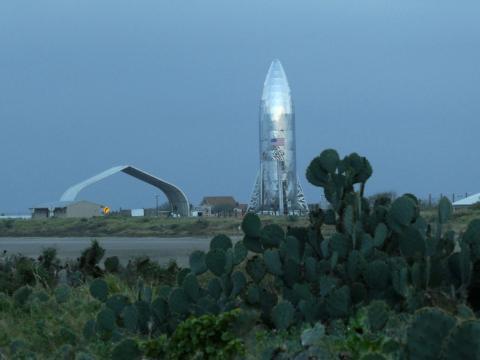 현재 미국 테사스주 남부에서 조립이 완료된 스페이스X의 우주범선 '스타십'의 모습. 은박지 같은 스테인리스스틸로 덮여 있어 햇빛을 반사하고 있다