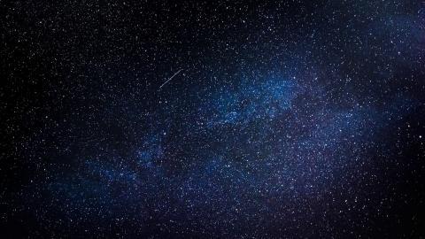 """스티븐 호킹 박사는 """"언제나 머릿속 생각을 이용해 우주를 여행하며 살았다""""고 회고했다. 지구를 떠난 그는 진짜 우주 사이를 자유롭게 탐험하고 있을지도 모른다."""
