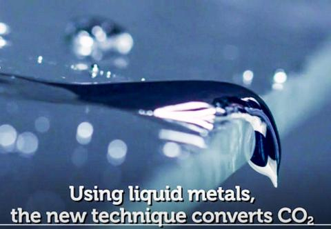 연구팀은 처음으로 액체금속을 촉매로 이용해 이산화탄소를 고체 탄소로 만들었다. 동영상 캡처 그림 Credit: RMIT Univ.