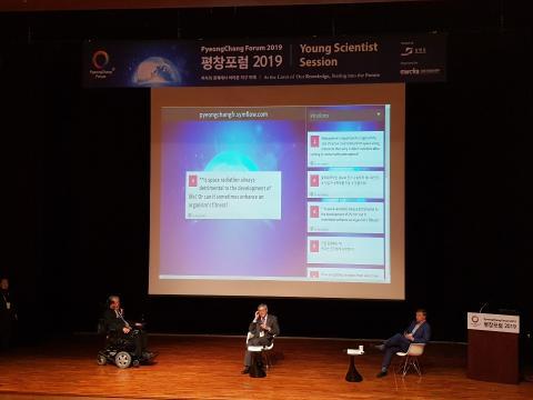 폴 데이비스 미국 애리조나 주립대학교 석좌교수 와 존 배로우 영국 케임브리지대학교 교수는 젊은 과학도들과 우주와 인간에 대한 심도있는 대화를 나눴다.
