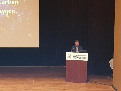 '우주에서의 우리의 위치'를 주제로 강연하고 있는 존 배로우 교수